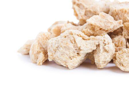 Raw Soya Chunks, Sojabohnenöl-Fleisch für Veganer isoliert auf weißem Hintergrund