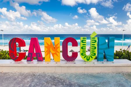 Cancún, México - 12 de diciembre de 2015: inscripción Cancún, en primera línea de playa Playa Delfines