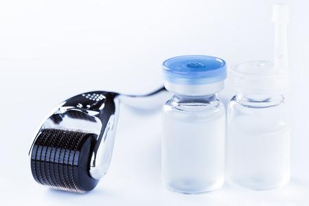 治療概念を若返らせるスキンケア、白、マイクロニードル メソセラピーでのダーマ ローラー。 写真素材