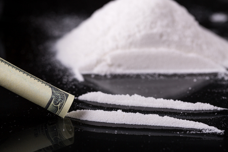 Cocaína en fondo negro, primer plano