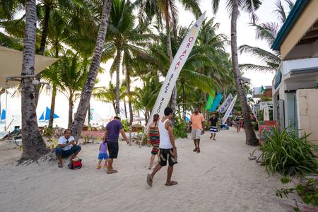 Filipinas, la isla de Boracay - 21 de mayo de 2013: tiendas y bares en la playa blanca bordeada de restaurantes Editorial