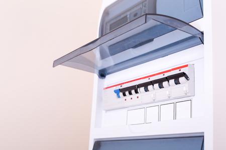 RCD-Leistungsschalterplatine. Sicherungskasten in der Wohnung. Niemand