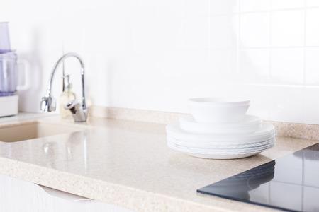 Interni cucina bianca con piano di lavoro in granito, nessuno