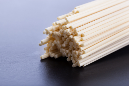 Uncooked asian noodles closeup on black background 免版税图像