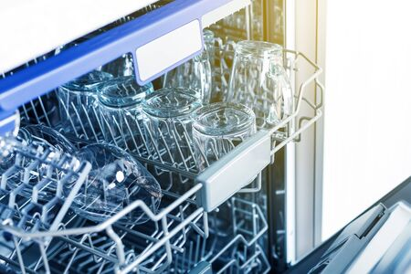 Lave-vaisselle vide avec porte ouverte, lave-vaisselle électroménager à l'intérieur de la cuisine, personne