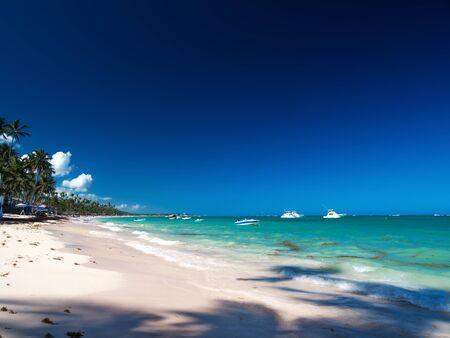 Caribische bestemmingen met boten in tropische zee, vakanties Stockfoto