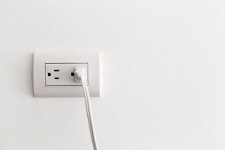 Toma eléctrica americana en la pared blanca, espacio de copia
