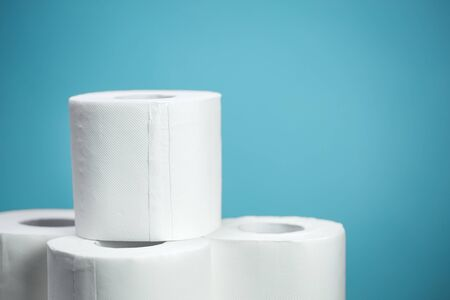 Toilet paper closeup on blue background. Nobody Standard-Bild