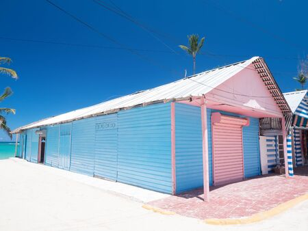 Typical caribbean house. Blue and red exterior of tropical wooden hut Standard-Bild