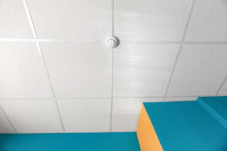 Fire alarm equipment mounted at the ceiling. Nobody Banque d'images