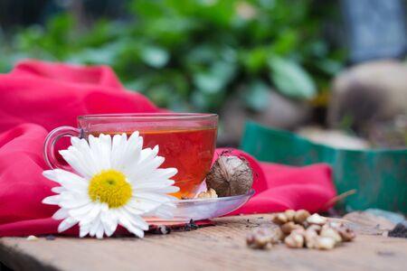Tasse Tee mit Zitrone und Nüssen auf einem hölzernen Stand. Ich liebe den Herbst. Ich mag Tee. Standard-Bild - 90455218