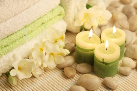 부드러운 수건, 불타는 촛불과 흰 돌