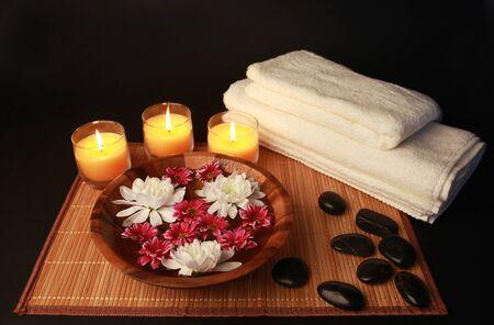 꽃과 스파 조성 수건 돌과 촛불