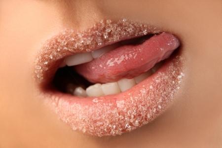 설탕 (얕은 DOF) 덮여 아름 다운 입술