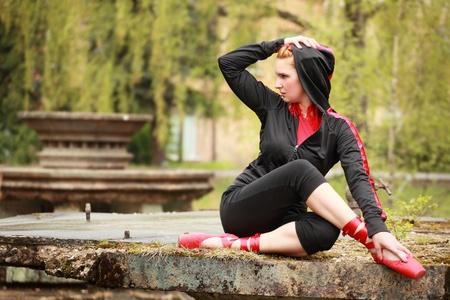 오래 된 분수에 포즈를 취하는 발레 댄서