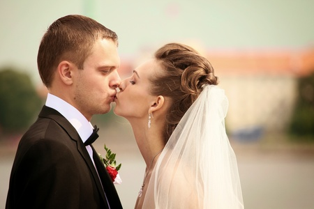 portrait of newly weds kissing Standard-Bild