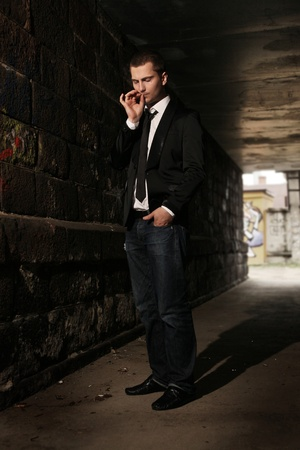 hombre fumando: empresario de fumar en el túnel