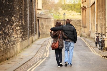 오래 된 도시의 젊은 부부 산책 스톡 콘텐츠