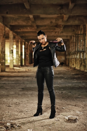 pandilleros: mujer joven en la fábrica vieja Foto de archivo