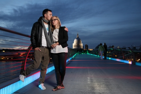 밀레니엄 브리지에서 그의 여자 친구와 키스하는 남자