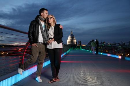guy kissing his girlfriend on Millennium bridge Standard-Bild