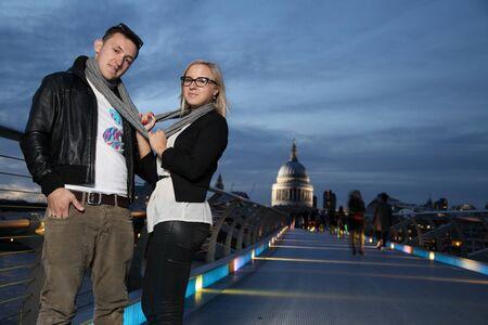 playful couple standing on Millennium Bridge Standard-Bild