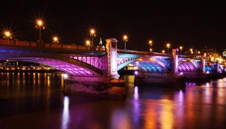 illuminated southwark bridge at night Standard-Bild