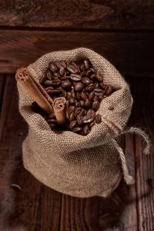 Kleine Tüte mit Kaffeebohnen und Zimt-Stick Standard-Bild - 20379975