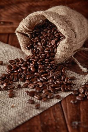 Auf dem Stück Sackleinen Sack Kaffee verstreut Standard-Bild - 20379984
