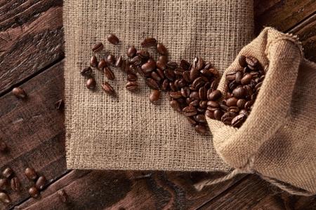 Verstreut auf dem Sackleinen Sack Kaffee Standard-Bild - 20379988