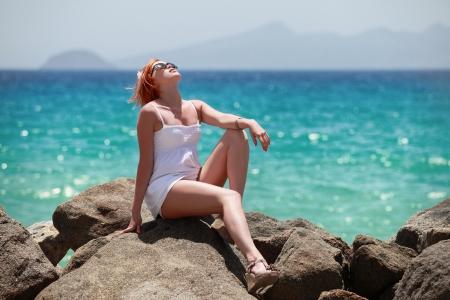 해변에 redhaired 아름다움 일광욕