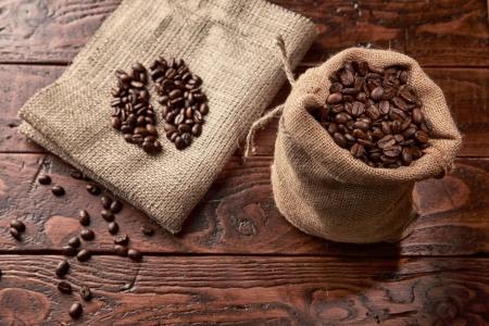 Sack Kaffee auf Holztisch Standard-Bild - 20379992