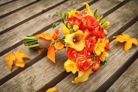 Hochzeits-Bund auf alten Holztisch Standard-Bild - 25962172