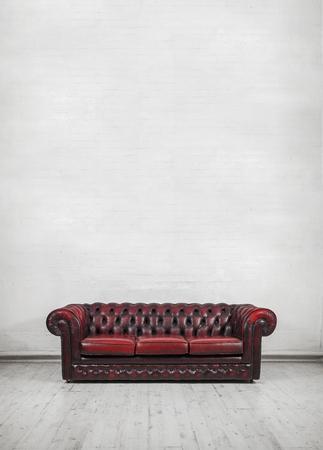 벽에 그려진 벽돌 벽 장소 텍스트 또는 캔버스에 대한 oxblood 빨간색 빈티지 체스터 소파