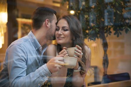 젊은 커플 카페에서 데이트에 유혹