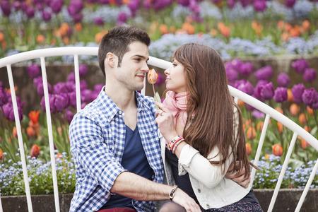 Junge Paar im Park flirtet Standard-Bild - 53367772