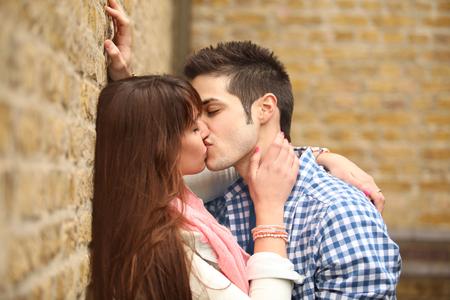 사랑에 빠진 두 젊은이의 열정적 인 키스 스톡 콘텐츠