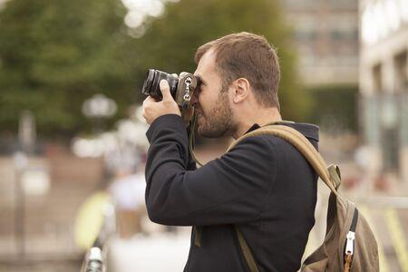 젊은 사진 작가 도시에서 사진을 찍고 스톡 콘텐츠