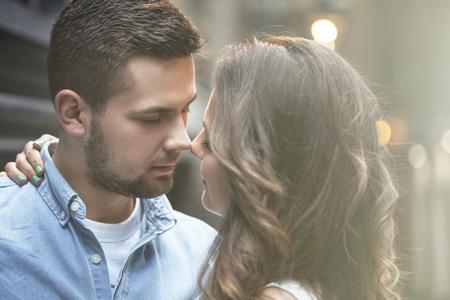 야외 키스하는 아름 다운 젊은 부부