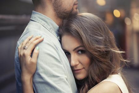 남자의 가슴에 그녀의 머리를 배치하는 아름 다운 여자 스톡 콘텐츠