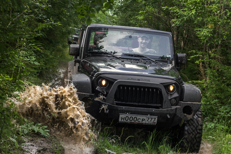 07/29/2017. Leningrad region. Russia. Jeep Wrangler with forest road in the Leningrad region. Wrangler is a compact SUV manufactured by Chrysler 版權商用圖片 - 85794138
