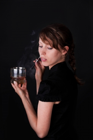 cigarette smoke: sexy giovane donna con e-sigarette e whisky