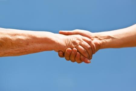 pacto: dos manos le temblaban las manos sobre el cielo azul