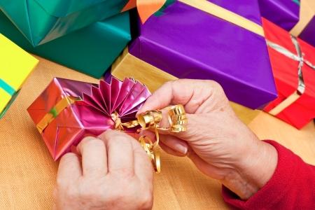 uitpakken: vrouwelijke senior wrap of uitpakken cadeautjes, close-up