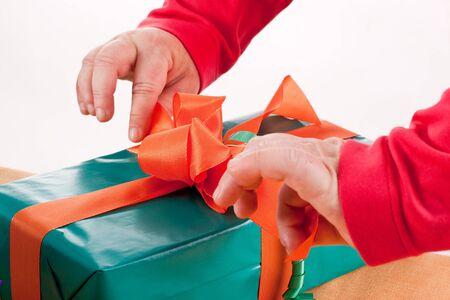 uitpakken: mentaal gehandicapte vrouw verpakking of uitpakken van een cadeau