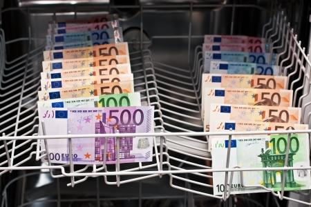 dinero euros: lavado de dinero con billetes Foto de archivo