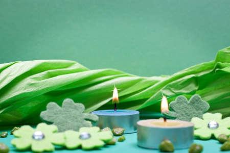 festive occasions: fondo verde con velas para ocasiones festivas