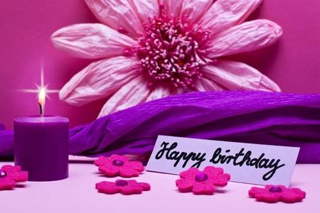 flores de cumpleaños: fondo púrpura con texto de feliz cumpleaños
