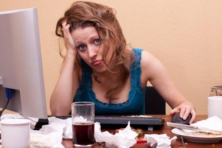 desorden: hermosa mujer joven sentada en el trabajo frustraited