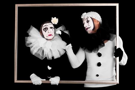 mimo: pareja de payasos en un marco, un aspecto triste